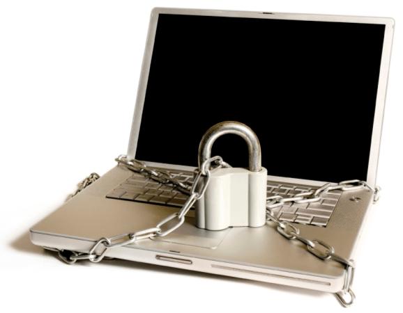 computadora con cadena y candado