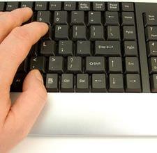 hombre usando computadora