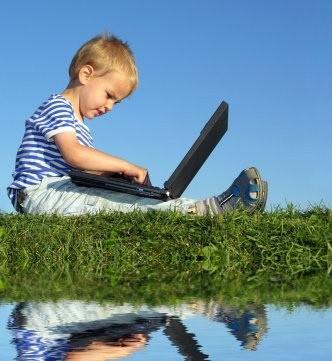 niño con computadora